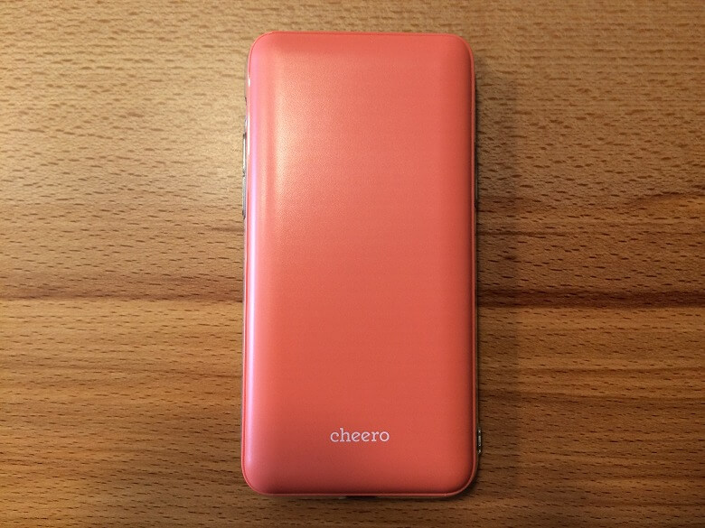 cheero Flat 10000mAh with Power Delivery 18W スマホと重ねる