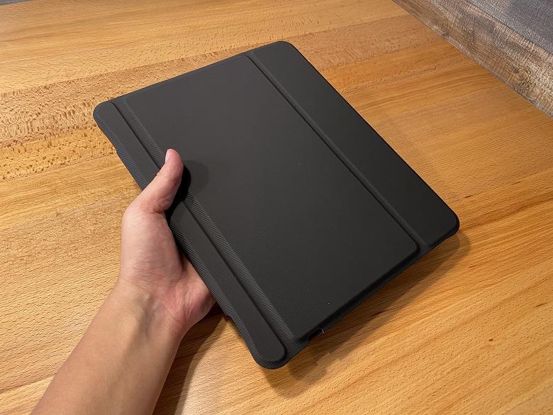 Inateck iPad Pro 12.9 キーボードケース 手に持ったところ
