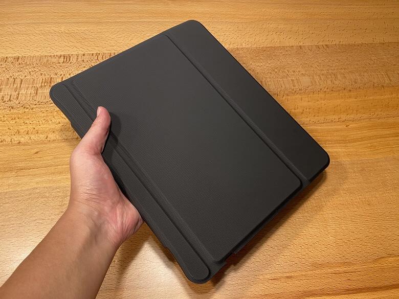 Inateck iPad Pro 12.9 手で持ったところ