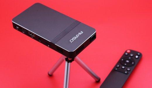 【AKASO ミニビデオプロジェクター レビュー】HDMIやWi-Fi接続など各種デバイスからの入力に対応し、高精細大画面出力できるコンパクト&軽量なモバイルプロジェクター